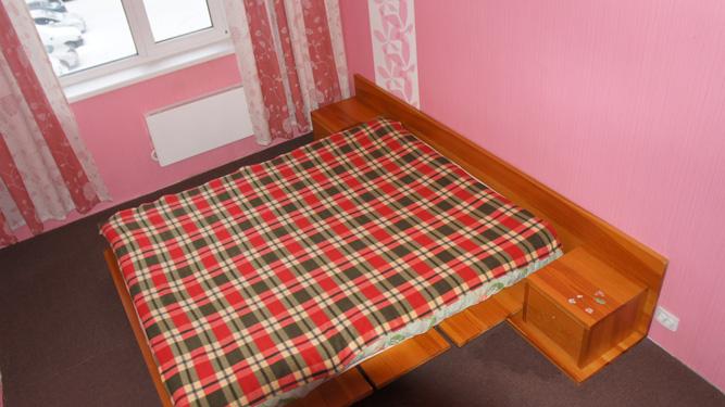 двуспальная кровать в посуточной квартире в Красноярске на Алексеева