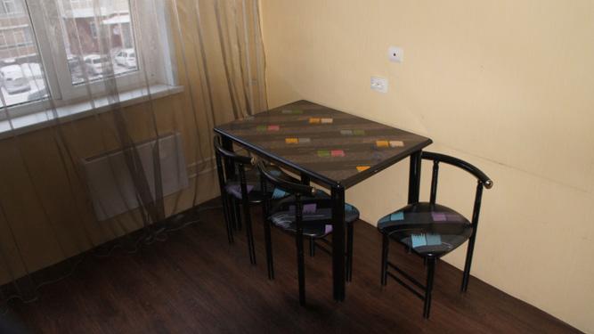 кухонный столик квартиры в посуточную аренду на левом берегу