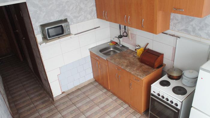 кухня посуточной квартиры в Красноярске
