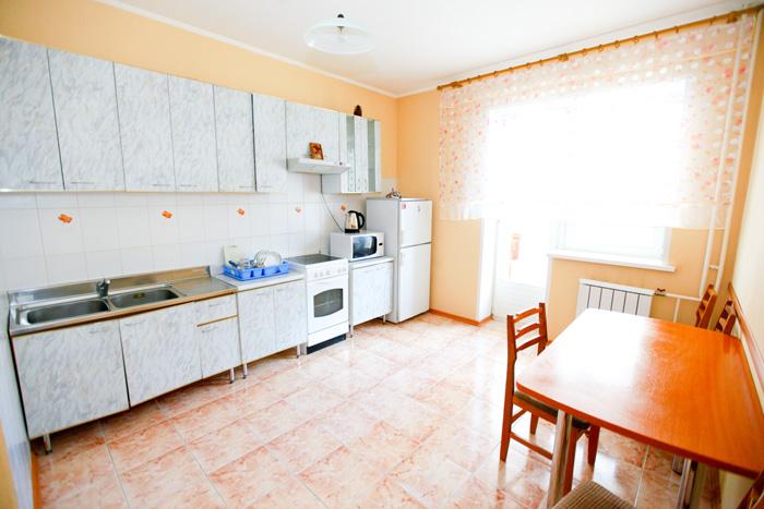 кухня посуточной квартиры в Красноярске на Авиаторов