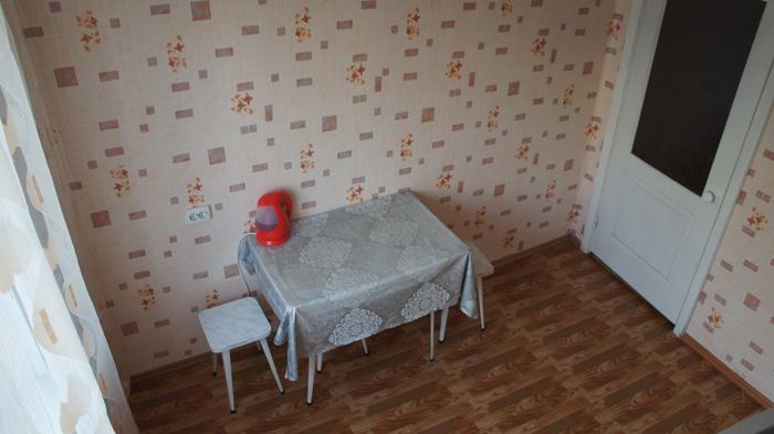 обеденный стол в посуточной квартире на Батурина
