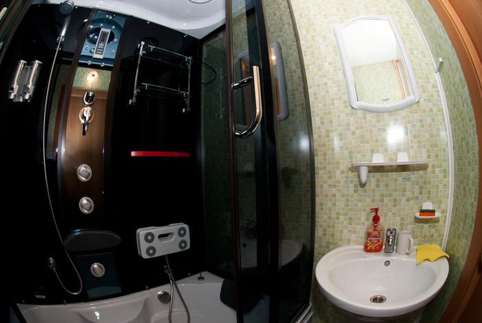 Душевая кабина гостиницы в квартирах Красноярска