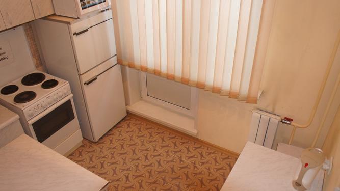 кухня посуточной квартиры на правом берегу Красноярска