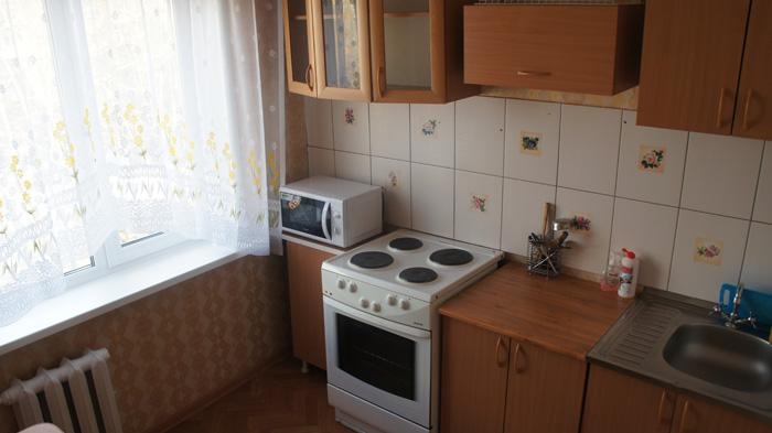 плита, микроволновка на кухне