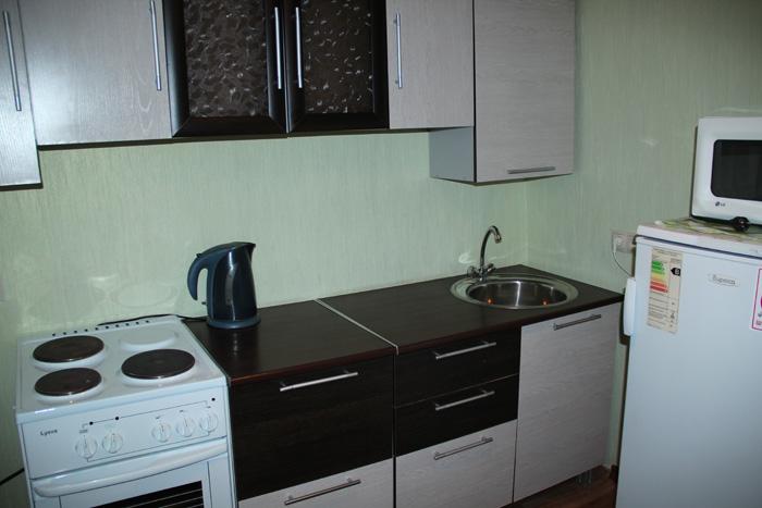 холодильник, плита и микроволновка на кухне