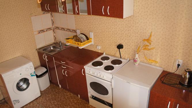 кухня посуточной квартиры на Щорса на правом берегу