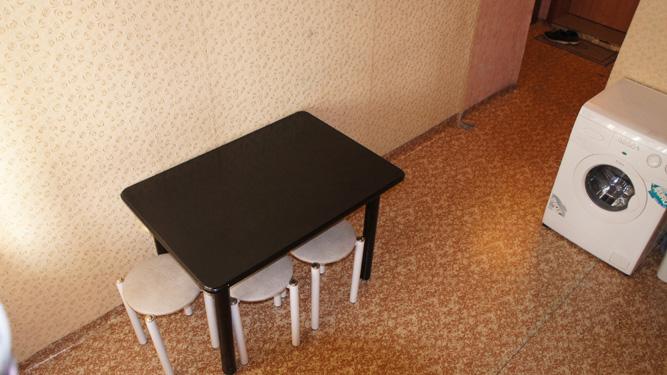 кухонный стол на кухне в квартире посуточно на Щорса в Красноярске