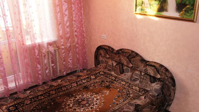 большая двуспальная кровать в посуточной квартире на Щорса