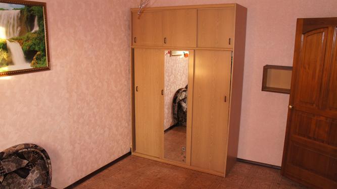 вместительный шкаф в квартире посуточно в Красноярске в Кировском районе