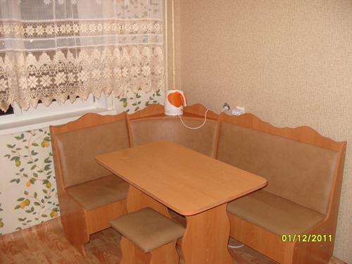 кухонный стол на кухне квартиры посуточно на ул.Судостроительной, д66