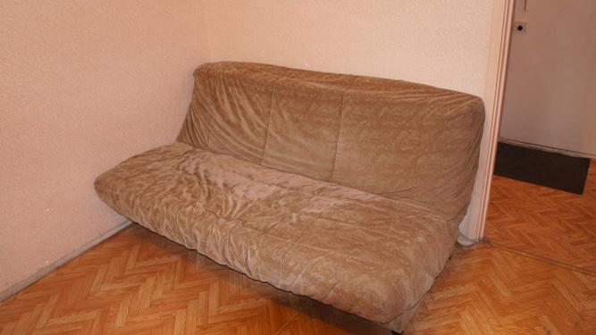 диван в посуточной квартире в Светлогорском переулке в Красноярске