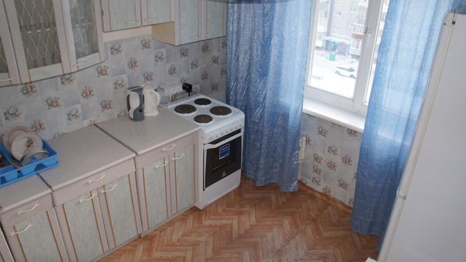 кухня посуточной квартиры в Красноярске в Советском районе