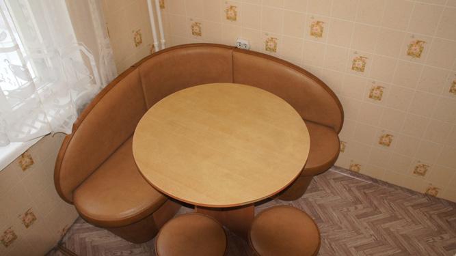 кухонный стол квартиры в Красноярске в посуточную аренду на левом берегу
