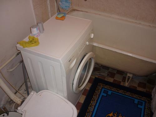 Стиральная машина в ванной комнате в посуточной квартире в Красноярске на Транзитной